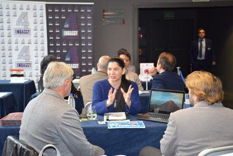 La Ministra Consejera con Funciones Consulares, Milagros Urbina, informando a empresarios en la feria.