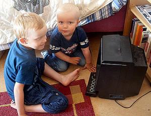 Niños junto a una consola Vectrex, lanzada en 1982 por la compañía Milton Bradley