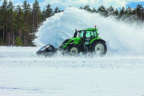 Un vehículo sin conductor Valtra despeja la carretera de nieve a 73.171 km/h