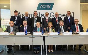 El Consejo de Administración de PSN. Sentados, en el centro, el presidente, Miguel Carrero, y la vicepresidenta, Carmen Rodríguez, flanqueados por el secretario de Consejo, Esteban Ímaz, y el vicepresidente segundo, Miguel Triola.