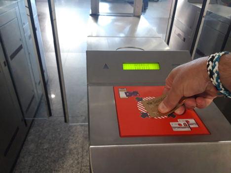 Indra ayuda a Renfe a evitar contagios por Covid y ahorrar papel en Cercanías de Málaga, con un proyecto pionero de acceso al transporte con tarjeta bancaria