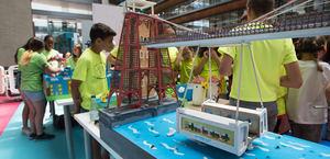 Participantes en una de las últimas ediciones de Retotech, con los proyectos que presentaron.