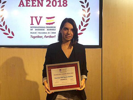 Patricia Rodríguez, profesora de Esneca Business School, recogiendo el premio.