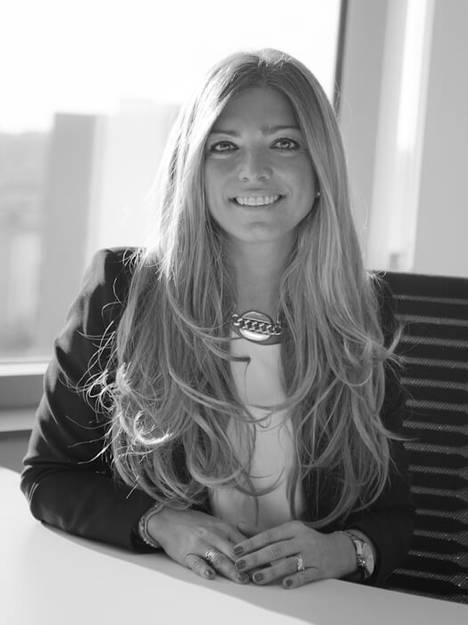 Paula Rodríguez, Directora Comercial de Webloyalty, entrega el premio al mejor proyecto joven en eCommerce