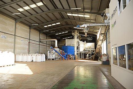 La empresa jienense Peláez Renovables obtiene la certificación BIOMASUD para el hueso de aceituna