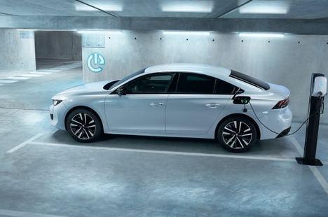 Según Peugeot, el mantenimiento de un coche eléctrico es un 30% más barato que en uno de combustión