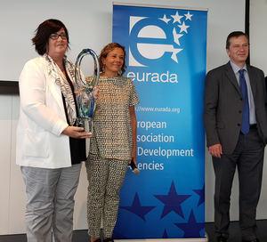 Pilar Irigoien, directora gerente con el premio.