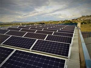 Placas fotovoltaicas instaladas por AC Solar en la empresa Construcciones Mecánicas Alcay, Huesca.