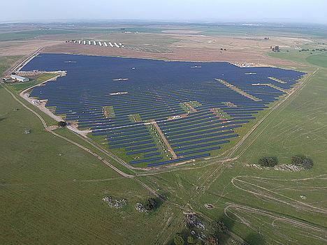 La central fotovoltaica de Évora comienza a operar en el mercado