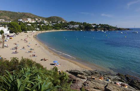 Roses ofrece 16 fantásticas playas y calas para un verano junto al mar