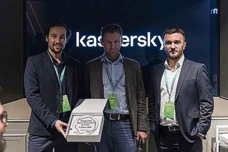 Gerard Vidal, CSO de Enigmedia, recoge el premio Open Innovation Summmit de la mano de Vitaly Mzokov, director del Centro de Innovación de Kaspersky y Grigory Sizov, responsable de la unidad de negocio Kaspersky OS.