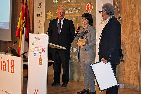 El presidente de Avebiom, Javier Díaz (izquierda), junto a la directora del Ceder-Ciemat, Raquel Ramos, tras recibir el Premio 'Fomenta la Bionergía 2018.