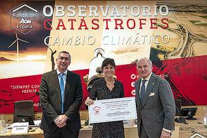 Raúl Antón, Director de Tecnun, Marta Olazabal coautora del artículo ganador y Pedro Tomey, Presidente del Observatorio de Catástrofes de la Fundación Aon.