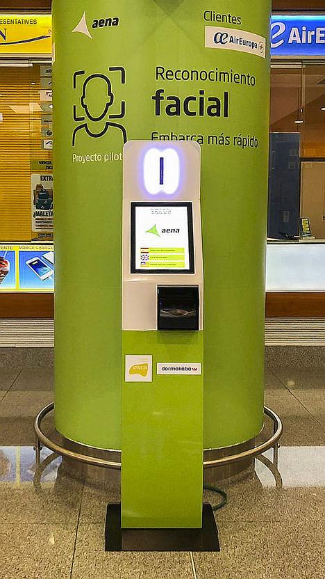 Quiosco de registro biométrico - Aeropuerto Menorca.
