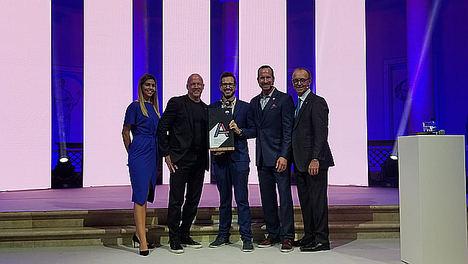 Toni Torregrosa recogiendo el premio de manos de Michael Polzler, Presidente de RE/MAX Europa. Walter Schneider, Presidente de RE/MAX Integra y Adam Contos, CEO de RE/MAX Internacional.