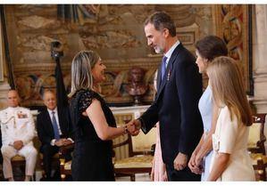 Una empleada de Renault recibe la condecoración de la Orden al Mérito Civil