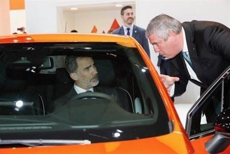 S.M. el Rey de España visita el stand de Renault en el Salón de Barcelona