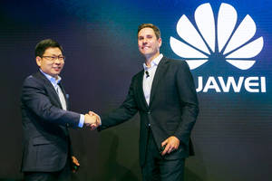 Richard Yu, Huawei CEO y Giles Baker -SVP, Consumer Entertainment Group, Dolby.