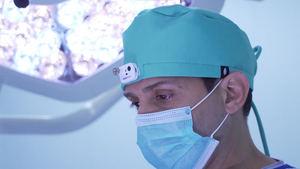 La empresa RobinHat crea con Eurecat un gorro quirúrgico que permite que los médicos puedan grabar las intervenciones