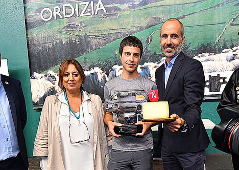 Roser Torras, directora de San Sebastián Gastronomika; Julen Arburua, el pastor ganador, e Iñigo Iribarnegaray, director general de Gastronomía del grupo Vocento.