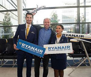 Kenny Jacobs, Chief Marketing Officer de Ryanair, junto con los tripulantes de cabina Marian Bidarra y Charilaos Kouroumbas, en la presentación.