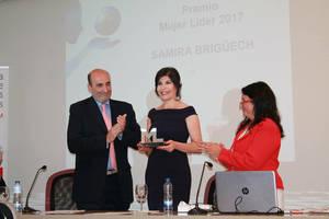 Samira Brigüech, presidenta de la Fundación Adelias recibiendo el Premio.