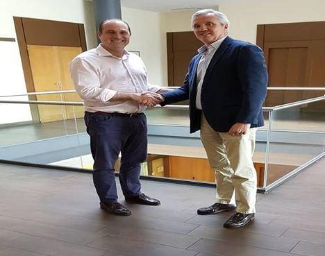 De izqda. a dcha.: Santiago Mazzuchelli, Director Desarrollo Corporativo de SGS y Carlos Garrido, presidente de la Confederación Española de Agencias de Viaje.