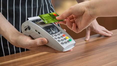 Unicaja Banco incentiva el uso de tarjetas de pago con un sorteo de 10 tarjetas regalo de 200 euros
