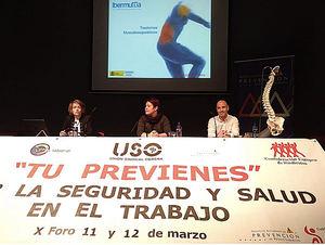 Pilar Secades (a la izqda. de la foto), y Patrick Cavaliere (a la dcha.), durante sus intervenciones en el Foro organizado por USO en Gijón.