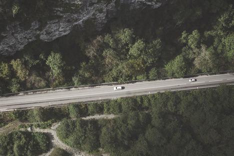 Investigan nuevos asfaltos para carreteras que permitan recargar coches eléctricos mientras circulan