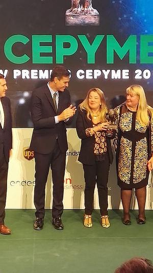 Vanesa y Denia Martínez recogen el premio.