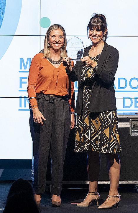Virginia Donado recibiendo el premio.