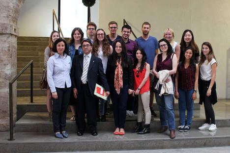 Alumnos de la Universitat de València se acercan a los mercados de la mano de la FEBF