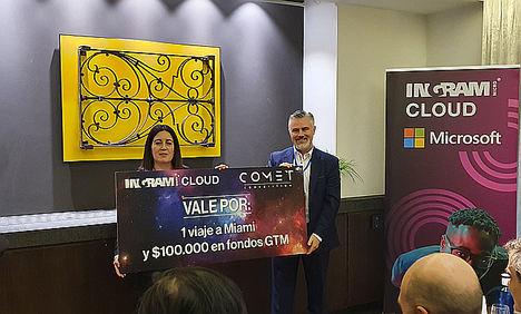 María José Millán, CSO de Visualfy recoge el premio de manos de Javier Bustillo, director de Ingram Micro Cloud en España y Portugal.