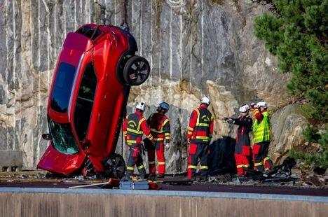 Volvo deja caer vehículos nuevos desde 30 metros de altura