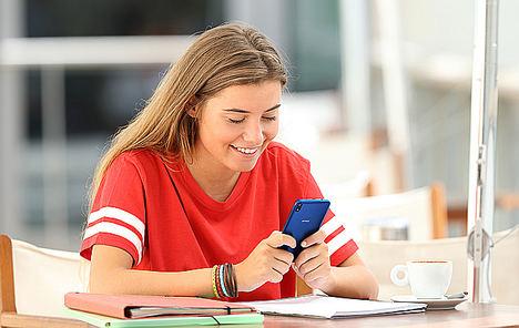 Casi la mitad de los menores a partir de 16 años recibe contenido sexual a través de su smartphone, un 37% protagonizado por personas de su entorno