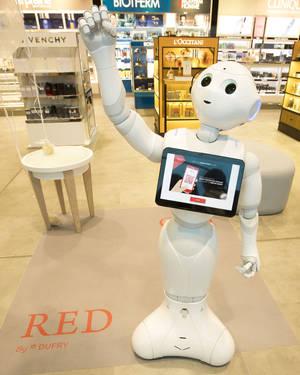 El robot humanoide de Dufry, Pepper, se convierte en el mayor reclamo tecnológico de la T4 del aeropuerto de Madrid