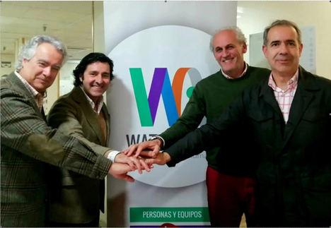El socio director de 4UP, José García, sella el acuerdo de fusión con los socios de Watch&Act, Luis Fernando Rodríguez, Javier Huergo y Javier García.