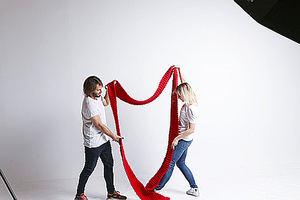 We Are Knitters lanza la bufanda gigante con un mensaje de amor sin distinción en San Valentín