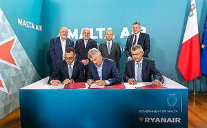 De izq. a dcha.: Ronald Mizzi, Gobierno de Malta, junto con Michael O'Leary, CEO de Ryanair, y Paul Bugeja, de Malta Air Travel Ltd.