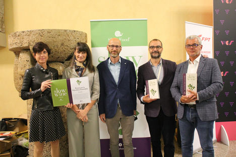 De izqda. a dcha.: Roberta Ceretto, Daniela Ropolo y Alessandro Ceretto, con los editores de la Guía Giancarlo Gariglio y Fabio Giavedoni.