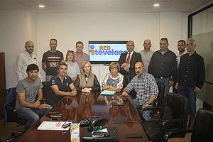 Los responsables de Grupo Itevelesa junto a los representantes de los trabajadores tras la firma del acuerdo en las instalaciones de la compañía.