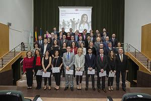 Foto de familia de los graduados, profesores del curso y la Presidencia del acto.