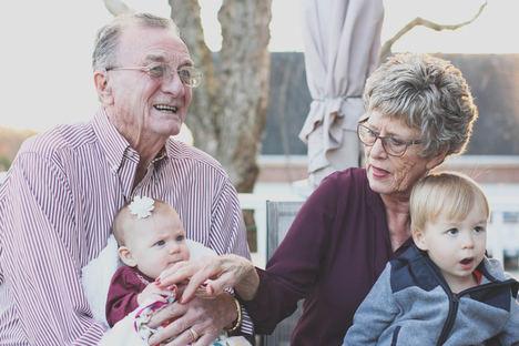 Ser abuelo en tiempos de coronavirus: un trabajo a tiempo completo por el que se debería cobrar un sueldo de 2.964 euros