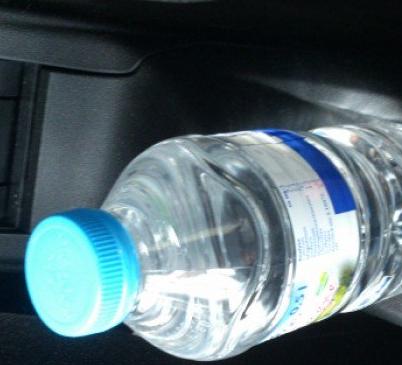 Botella de agua en el coche. ¿Es un peligro o una solución?