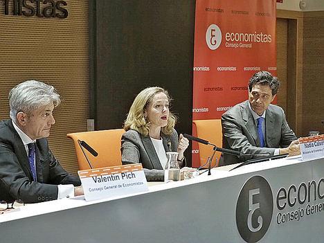 De izda. a dcha.: Valentín Pich, presidente del Consejo General de Economistas de España (CGE); Nadia Calviño, ministra de Economía y Empresa en funciones, y Pascual Fernández, vicepresidente del Consejo General de Economistas de España (CGE).