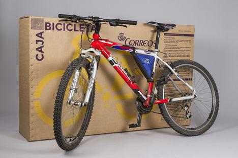 """Correos Express utiliza """"backpackers, bicis y motos eléctricas"""" en sus entregas en el casco antiguo de Málaga"""