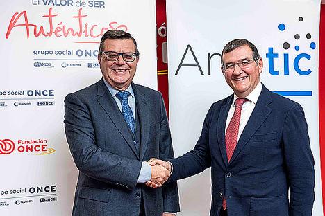 De izqda. a dcha.: José Luis Martínez Donoso, director general de Fundación ONCE, y Francisco Hortigüela, director general de AMETIC.