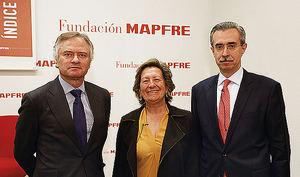 De izqda. a dcha.: Ignacio Baeza, vicepresidente de MAPFRE, Pilar González de Frutos, presidenta de UNESPA, y Manuel Aguilera, director general del Servicio de Estudios de MAPFRE.