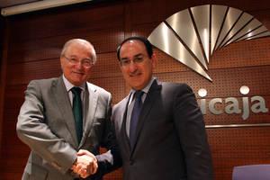 De izqda a dcha, el Presidente de Unicaja Banco, Manuel Azuaga, y el Presidente de CEA, Javier González de Lara